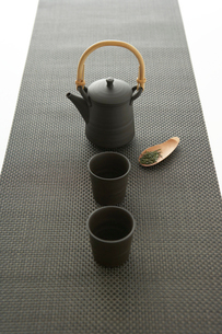 急須と湯のみと茶葉の写真素材 [FYI04041146]