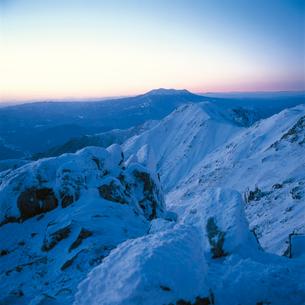黄昏時の御岳をのぞむの写真素材 [FYI04041202]