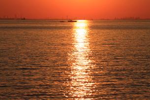 夕日に輝く海 初冬の夕照 幕張より 後方は東京のビル群の写真素材 [FYI04043658]