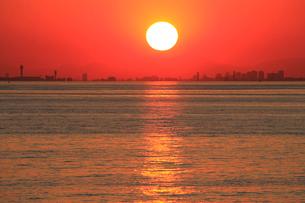 夕日に輝く海 初冬の夕照 幕張より 後方は東京のビル群の写真素材 [FYI04043662]