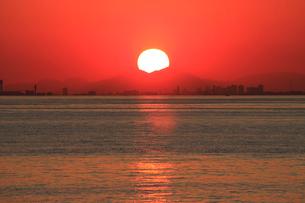 夕日に輝く海 初冬の夕照 幕張より 後方は東京のビル群の写真素材 [FYI04043663]