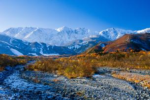 松川と冠雪の白馬連峰の写真素材 [FYI04046507]