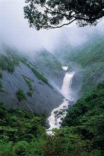 霧がかる千尋滝の写真素材 [FYI04046962]