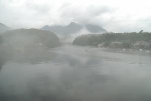 川霧に包まれる安房川の写真素材 [FYI04047165]