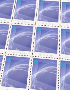 eマークとインターネットデザインの切手シート(紫)のイラスト素材 [FYI04047646]