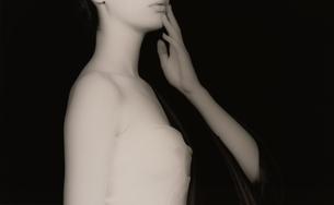 手を口にあてた上半身横向きの女性(B&W)の写真素材 [FYI04047704]