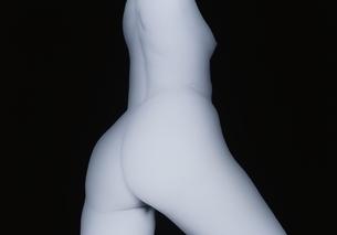 斜め後ろから見た女性の尻と胴体のヌード(B&W)の写真素材 [FYI04047705]