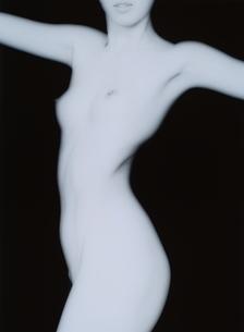 腕を広げる女性のヌード(B&W)の写真素材 [FYI04047711]