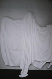 布をかぶった子供 BWの写真素材 [FYI04047758]