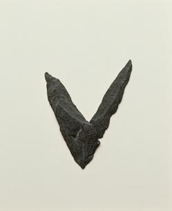 石で作ったVの文字の写真素材 [FYI04047835]