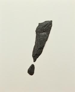 石で作ったエクスクラメーションマークの写真素材 [FYI04047838]
