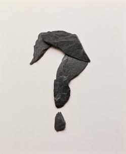 石で作ったクエスチョンマークの写真素材 [FYI04047839]