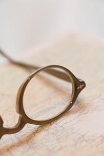 地図の上の老眼鏡アップの写真素材 [FYI04047855]