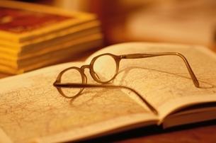 地図の上の老眼鏡の写真素材 [FYI04047857]