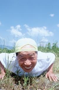 腕立て伏せをする日本人老人男性の写真素材 [FYI04047864]