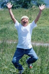 ジャンプする日本人中高年男性の写真素材 [FYI04047865]