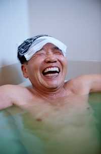 入浴する日本人中高年男性の写真素材 [FYI04047866]