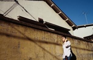 ヘッドホンをした日本人の女の子の写真素材 [FYI04047873]