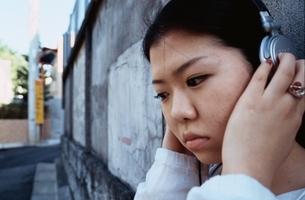 ヘッドホンを聴く日本人の女の子 アップの写真素材 [FYI04047878]