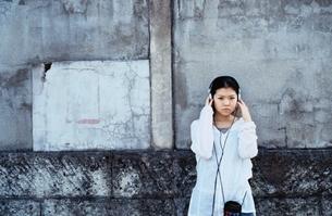 ヘッドホンを聴く日本人の女の子の写真素材 [FYI04047879]