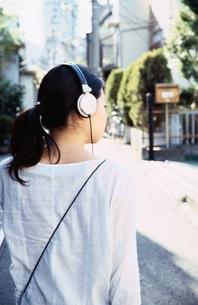 ヘッドホンをした日本人の女の子の後姿の写真素材 [FYI04047882]