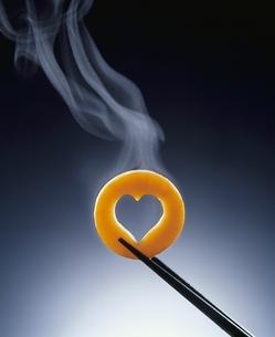 湯気と箸でつまんだハート型のにんじんの写真素材 [FYI04047884]