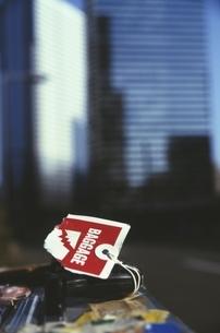 高層ビルとトランク 新宿 東京都の写真素材 [FYI04047889]