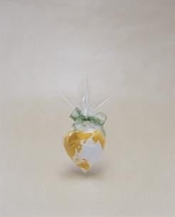 ビジネスイメージ ハート型の地球儀の写真素材 [FYI04047904]