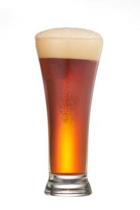グラスに入った赤いビールの写真素材 [FYI04047928]