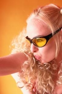金髪の外国人女性 アップの写真素材 [FYI04047937]