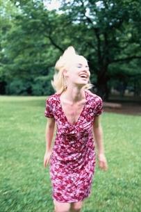 芝生上の外国人女性の写真素材 [FYI04047946]