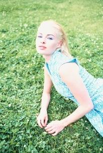 芝生にいる外国人女性の写真素材 [FYI04047949]