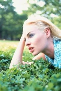 芝生にいる外国人女性 アップの写真素材 [FYI04047950]