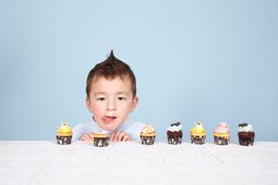 子どもとケーキの写真素材 [FYI04047952]