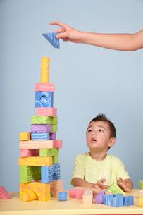 子どもと積み木の写真素材 [FYI04047954]