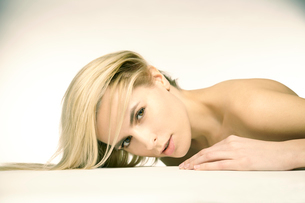 白人ブロンド女性のポートレートの写真素材 [FYI04047956]