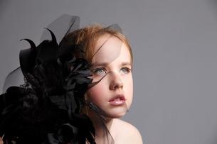 黒い花飾りとブロンド少女の写真素材 [FYI04047962]