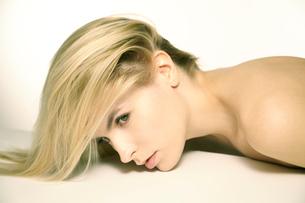 白人ブロンド女性のポートレートの写真素材 [FYI04047963]