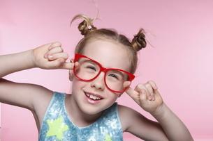 赤いメガネとブロンド少女の写真素材 [FYI04047967]