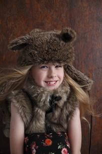 帽子をかぶったブロンド少女の写真素材 [FYI04047971]