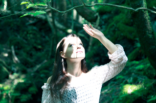 森の中の女性の写真素材 [FYI04047972]