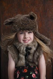 帽子をかぶったブロンド少女の写真素材 [FYI04047973]