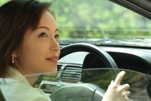 車のハンドルを握った日本人女性の写真素材 [FYI04047992]