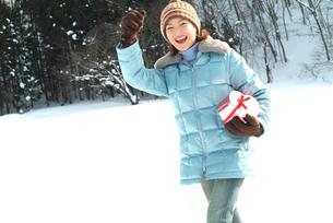 雪と女性 バレンタインイメージの写真素材 [FYI04047997]