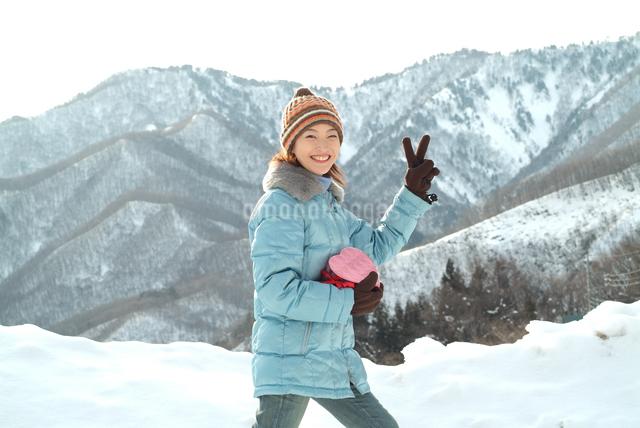 雪と女性 バレンタインイメージの写真素材 [FYI04047998]