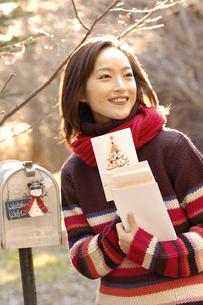 カードを持った女性の写真素材 [FYI04048065]
