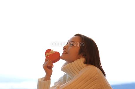 ハート型のプレゼントを持つ女性の写真素材 [FYI04048076]