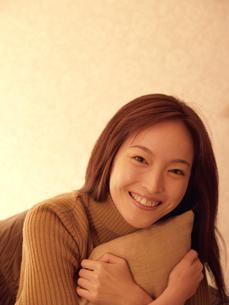 クッションを抱く女性の写真素材 [FYI04048126]