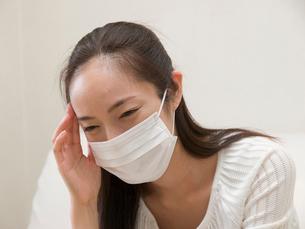 マスクをする女性の写真素材 [FYI04048234]