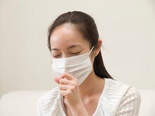 マスクをして咳をする女性の写真素材 [FYI04048237]
